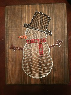 Sweet snowman with scarf - Ideen - Arte Contemporáneo String Wall Art, Nail String Art, String Crafts, Snowman Crafts, Diy Christmas Gifts, Holiday Crafts, String Art Templates, String Art Patterns, Thread Art