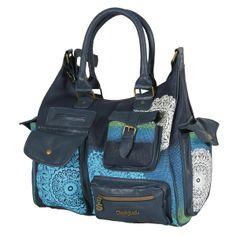 Desigual Medium London Printed Tasche navy aus der neusten Kollektion ► http://www.modefreund.de/desigual-medium-london-printed-tasche-navy/a-1460109926/ ► Stylische, geräumige Reißverschluss-Tasche aus Kunstleder mit verführerischem Spitzenmuster in Wolkenweiß, blau und Smaragd, Metall-Logopatch, RV-Außentasche, zwei seitlichen und zwei Fronttaschen mit Druckknopfverschluss, vier offenen Einschubfächern hinten und Kunstleder-Elementen. Klassisch, verspielt und dabei absolut angesagt!