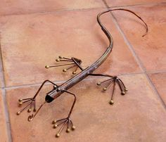lizard garden decor definitely not made with just spare parts though Welding Art Projects, Welding Crafts, Metal Projects, Metal Crafts, Metal Yard Art, Scrap Metal Art, Metal Art Sculpture, Forging Metal, Horseshoe Art
