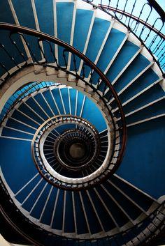 Sose higgyük el, ha valaki azt mondja, hogy a lakásfelújítási csodák elérése… Spiral Staircase, Staircase Design, Classic Architecture, Architecture Art, Winding Stair, Stair Landing, Stairway To Heaven, Elements Of Design, Stairways
