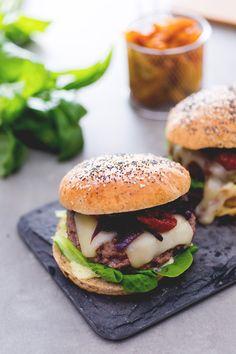 Niente ketchup e cheddar, ma maionese al basilico e caciocavallo... assaggiate l'hamburger all'italiana e vedrete che non ha nulla da invidiare a quello americano! (italian burger)