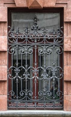 Картинная галерея. Фасады Iron Window Grill, Window Grill Design, Wrought Iron Decor, Wrought Iron Gates, Iron Windows, Iron Doors, Cast Iron Gates, Iron Garden Gates, Gates And Railings