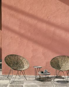 As for breaking with the strict lines of the house, a wicker lounge and small vintage tables. Cafe Interior, Interior Design, Murs Roses, Pintura Exterior, Wabi Sabi, Boho Decor, Home Deco, Planer, Architecture Design