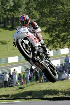 Modern day racer, the mountain jump at Cadwell Park Lincolnshire England Motorcycle Racers, Racing Motorcycles, Grand Prix, No Panic, Bike Photo, Supersport, Isle Of Man, Classic Bikes, Super Bikes