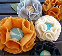 Felt flowers with button centers - Cute, quick and easy! I made these for my burlap wreath.