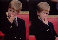 Cuando éramos pequeños, cualquier novedad lucía muy curiosa y llamaba nuestra atención al cien por ciento, requiriendo en muchas ocasiones que para descubrir cuál era la función de un objeto o como es que realizaba una tarea, podíamos pasarnos horas analizándolo e interactuando de mil y un maneras hasta descubrir cómo es que servía. Claro que en muchas ocasiones nuestra forma de interactuar con dichos objetos muchas veces no e Princess Diana Rare, Princess Of Wales, Harry Windsor, Nostalgia, Push Presents, Prince Henry, Prince William, Young Prince, British Monarchy