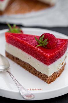 Ciasto z musem z białej czekolady i truskawkami