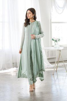Pakistani Fashion Casual, Pakistani Dresses Casual, Pakistani Dress Design, Pakistani Bridal, Designer Party Wear Dresses, Kurti Designs Party Wear, Indian Designer Outfits, Pakistani Designer Clothes, Dress Indian Style