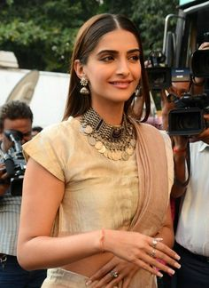 Sonam Kapoor in traditional Indian silver jewellery and sari Indian Celebrities, Bollywood Celebrities, Bollywood Fashion, Bollywood Actress, Bollywood Saree, Amrapali Jewellery, Silver Jewellery Indian, Oxidised Jewellery, Silver Jewelry