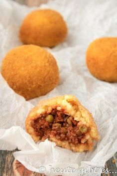heute gibt es… Arancini-gefüllte Reisbällchen aus Sizilien Arancini al ragù: rice balls filled with minced meat sauce. The most popular street food from Sicily. Ideal as an appetizer or snack, for parties and generally for fans of Italian cuisine. Italian Meats, Italian Chef, Italian Recipes, Lunch Recipes, Fall Recipes, Wine Recipes, Italian Street Food, Rice Balls, International Recipes
