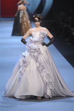 Christian Dior at Couture Spring 2011 - Runway Photos Dior Haute Couture, Couture Christian Dior, Wedding Dress Backs, Wedding Dress Sleeves, Colored Wedding Dresses, Gown Wedding, Lace Wedding, John Galliano, Art