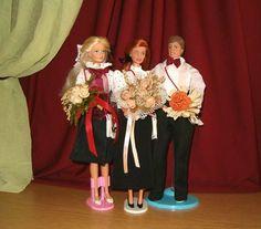 Ballagók  ~    Egy ballagási életképhez készült kollekcióba öltöztetett két ballagó és a tanárnőjük.