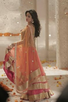 Katrina Kaif in beautiful peach lehenga. Pakistani Dresses, Indian Sarees, Indian Dresses, Indian Outfits, Indian Attire, Indian Ethnic Wear, Katrina Kaif, Collection Eid, Indische Sarees