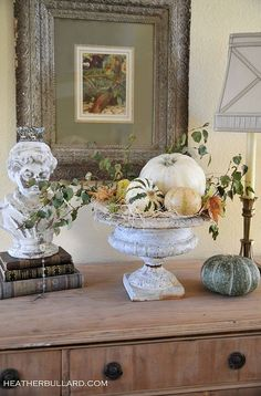 Halloween with white pumpkins. Fall Home Decor, Autumn Home, Pumpkin Arrangements, Spooky Halloween Decorations, Thanksgiving Decorations, Halloween Designs, Fall Vignettes, Vibeke Design, Pumpkin Topiary