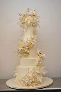 Beautiful White Wedding Cake Highlights The Purity Of Summer Weddings - JimIamy Magical Wedding, Beautiful Wedding Cakes, Gorgeous Cakes, Pretty Cakes, Fondant Wedding Cakes, Wedding Cakes With Cupcakes, Cupcake Cakes, Cupcake Wedding, Summer Wedding Cakes