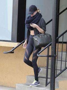 La modelo inglesa Rosie Huntington Whiteley añade a su 'total look fitness' la bufanda extra grande en forma de collar. De punto gordo y en tono negro, es el acompañante perfecto para el frío invierno.