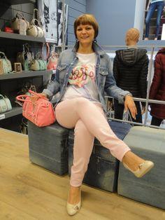 met als model of the day:  Sanne Derveaux. Een jeansvestje en t-shirt van Diesel, samen met een broek, schoenen en handtas van Guess.