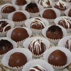OREO TRUFFLES. 1 pack cookies (448 g/16 ounces) + 1 box philadelphia (224 g/8 ounces) + 450 g/16 ounces baking chocolate. #truffels #candy #snop #godteri #troeffel #truffel #chocolate #sjokolade #kjeks #cheese #ost #cookies #oreo #dots