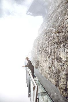 Das sichere Abenteuer wartet auf Birg – der Thrill Walk führt direkt ins imposante Felsmassiv. Wir haben uns gewagt – am Anfang zögerlich, dann hat uns die Challenge aber gepackt. Statt Chill war Thrill angesagt. Die Treppe runter über den senkrechten Abgrund, danach ein Balanceakt übers Seil, die Zitterpartie Glasplatte und am Ende der  Gittertunnel. Unten der Blick ins Bodenlose. Oben eine grenzenlose Fernsicht, die ein Stück Schwerelosigkeit  verspricht. Just go for it and have fun. Bergen, Go For It, Winter 2017, Rock Bottom, Stairs, Adventure, Mountains