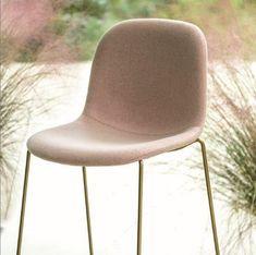 Barová stolička MÁNI FABRIC ST-4WL Barová stolička s rámom z lakovaného, masívneho, jaseňového dreva. Pre vnútorne použitie a stoličky sú stohovateľné. Sedadlo je čalúnené protipožiarnými penami a certifikovanými krytinami pre zmluvný trh. Okrem vlny, treviry, zamatov, umelých koží a pravých koží navrhnutých spoločnosťou Arrmet. #arrmet #chair #stool #barchair #chair #stolicka #barovasolicka #alvex #design #furniture #nabytok Chairs, Furniture, Fabric, Home Decor, Tejido, Tela, Decoration Home, Room Decor, Home Furnishings