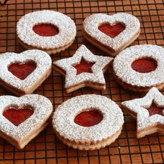 Cookies (Linzerkekse) The famous Austrian Linzer Cookies (Linzerkekse) with step by step photos. These cookies are delicious!The famous Austrian Linzer Cookies (Linzerkekse) with step by step photos. These cookies are delicious! German Christmas Cookies, Holiday Cookies, Christmas Treats, Christmas Baking, Cookie Recipes, Dessert Recipes, Best Linzer Cookie Recipe, Drink Recipes, Linzer Cookies