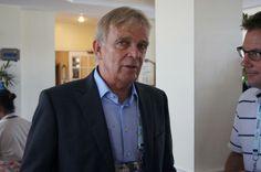 O alemão Volker Finke, técnico de Camarões, é um dos poucos treinadores que desceram, nesta manhã, ao hall do hotel onde as comissões técnicas estão hospedadas na Costa do Suípe. Em rápido contato com a imprensa, ele foi sucinto sobre o sorteio: - Tudo pode acontecer - disse o alemão, abrindo um largo sorriso no rosto.06/12/2013.