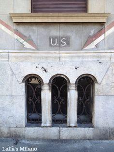 Segnaletica a muro risalente alla seconda guerra mondiale: la scritta U.S. indicava l'uscita di sicurezza di un rifugio.Via Caradosso