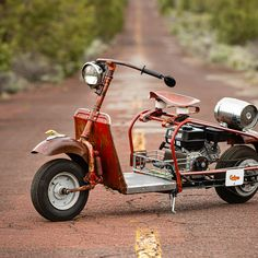 He's a company CEO, but spends his spare time restoring and modifying rare vintage Cushman scooters—turning them into raw works of art. Custom Car Shop, Custom Cars, Harley Davidson Luggage, New Chrome, Sprint Cars, Luggage Rack, Motor Scooters, Beach Picnic, Kustom Kulture