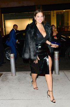 Not only is Ashley Graham a powerful voice in fashion, her evening dressing is super chic. Check out her best plus-size party outfits here. Winter Date Outfits, Winter Skirt Outfit, Winter Fashion Outfits, Outfit Summer, Holiday Fashion, Curvy Outfits, Plus Size Outfits, Casual Outfits, Club Outfits