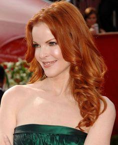 couleur de cheveux rouge long et coiffure femme avec boucles