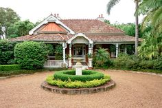 love the turning circle idea & hedged centre piece Australian Architecture, Australian Homes, House On A Hill, House In The Woods, Edwardian House, Victorian, Circular Driveway, Little Cottages, Queenslander