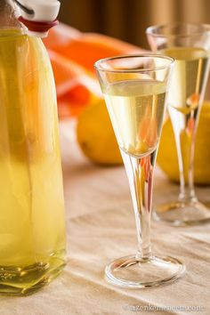 Limoncello - jégbe hűtve az igazi! Gourmet Gifts, Limoncello, Flute, White Wine, Vodka, Alcoholic Drinks, Tableware, Glass, Recipes