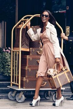 Naomi Campbell and her elite cadre of Louis Vuitton luggage Naomi Campbell, Handbags Michael Kors, Louis Vuitton Handbags, Lv Handbags, Vuitton Bag, Black Girls, Black Women, Bougie Black Girl, Toddler Boy Style