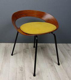 """Hocker """"PA I"""" von 1957 Entwurf von Luciano Nustrimi für Poltronova Italien Schichtholzschale aus Teakfurnier.Gestell aus schwarzlackierzem Metall"""
