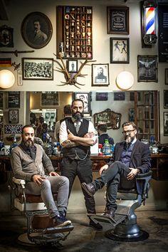 Tres barbas emblemáticas cruzan navajas como símbolo del regreso del club social de caballeros. Una renovada búsqueda de la masculinidad sin afeites