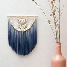 decorar casa em tons de azul - decoração de parede com macramê
