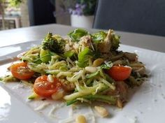 Courgetti met kip en pesto - Powered by Healthy Cooking, Healthy Eating, Low Carp, Healthy Diners, Zucchini, Healthy Recepies, Good Food, Yummy Food, Spiralizer Recipes