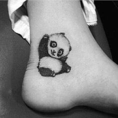 Tatouage femme Panda Noir et gris sur Cheville