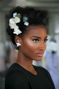 Sa coiffure se marié tellement bien avec ses fleure et se make up que on dirais que ça étais fait que pour elle !