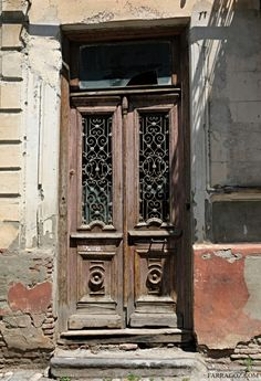 Authentic Patina on Wooden Architectural Features Best Windows, Windows And Doors, Painted Doors, Wooden Doors, Entrance Doors, Doorway, Architecture Artists, Mode Poster, Door Furniture