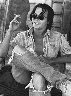 Johnny Depp is my Man Candy this week. He may not be as gorgeous as he is decades ago but the man still got what it takes to be on top o. Young Johnny Depp, Here's Johnny, Johnny Depp Smoking, Male Clothes, Johnny Depp Joven, Brad Pitt, Junger Johnny Depp, Jonny Deep, Moda Jeans