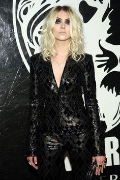 Taylor Momsen (Atriz e Cantora), vocalista da banda The Pretty Reckless. Estilo Taylor Momsen, Taylor Momsen Style, Taylor Michel Momsen, Pretty Reckless, Taylor Momson, Versus Versace, Rock Outfits, Taylors, Red Carpet Looks