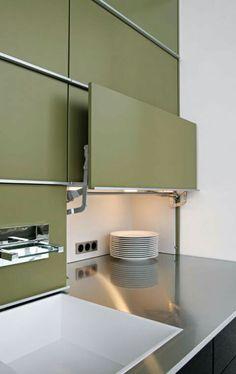 """Hid werkgebied: """"Concept 40"""" van het licht Achter de liftdeur van de kast in de voorkant van de muur is een extra diepe werkoppervlak verborgen. www.leicht.de"""