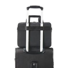 여행에 용이한 에버키의 실용성이 독보이는 디자인 입니다. 캐리어 손잡이를 통과시킬 수 있도록 하여 가방을 연결 시킬수 있습니다.