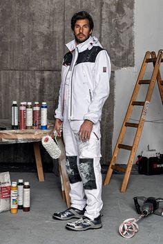 """""""Maler Outfit Stretch X"""": Pflegeleichte Arbeitskleidung in klassischem Weiß aus für Maler, Stuckateure oder Gipser. Von Kopf bis Fuß ausgestattet: bequeme Latzhose (bei 60° waschbar) und Softshelljacke mit abnehmbaren Ärmeln für mehr Flexibilität im Arbeitsalltag. Die praktischen S1P Slipper runden das moderne Design des Maler Outfits ab."""