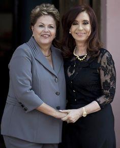 Dilma Rousseff é recebida pela presidente da Argentina, Cristina Kirchner, durante visita oficial a Buenos Aires, Argentina - http://revistaepoca.globo.com//Sociedade/fotos/2013/04/fotos-do-dia-25-de-abril-de-2013.html (Foto: AP Photo/Natacha Pisarenko)