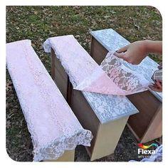 Een leuk knutselwerkje voor op oude meubels: leg er een kanten stofje overheen, spray met een spuitbus en laat dit 20 minuten drogen. Trek het stofje er voorzichtig vanaf en hup: je eigen kant-sjabloon!