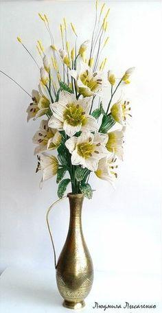 Мастер-класс посвящается плетению лилии из бисера. Содержит подробное описание процесса плетения, изготовления деталей цветка, а также его сборки. Каждый этап работы отображен в иллюстрациях.