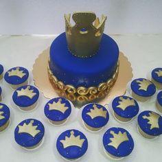 Torta el rey... rellena de arequipe, cupcakes rellenos y decorados.. #tortas #tortascumpleaños #cumpleaños #fiestas #rey #principe #cupcakes #ponquesitos