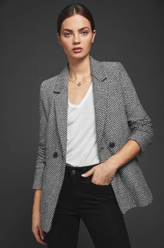 Traditional and effortless, this classic black and off-white fishbone blazer is cut slightly oversized for a menswear-inspired silhouette that still offers a feminine fit. White Blazer Outfits, Casual Outfits, Blazer Dress, Work Outfits, Sleevless Blazer, Dress Outfits, Live In Jeans, Oversized Blazer, Beige